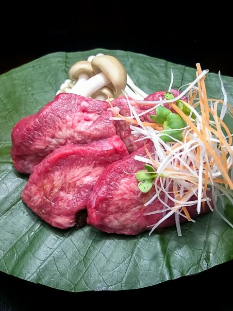 牛タンと茸の朴葉焼き